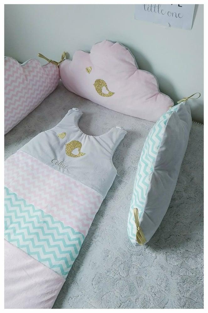 Image of Sur commande: Tour de lit nuage 3 coussins rose, vert d'eau et gris avec motif oiseau doré.