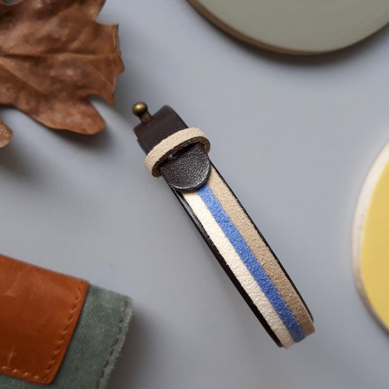 Image of Bracelet *homme* cuir et suédine  - tricolore : ficelle/bleu/blanc