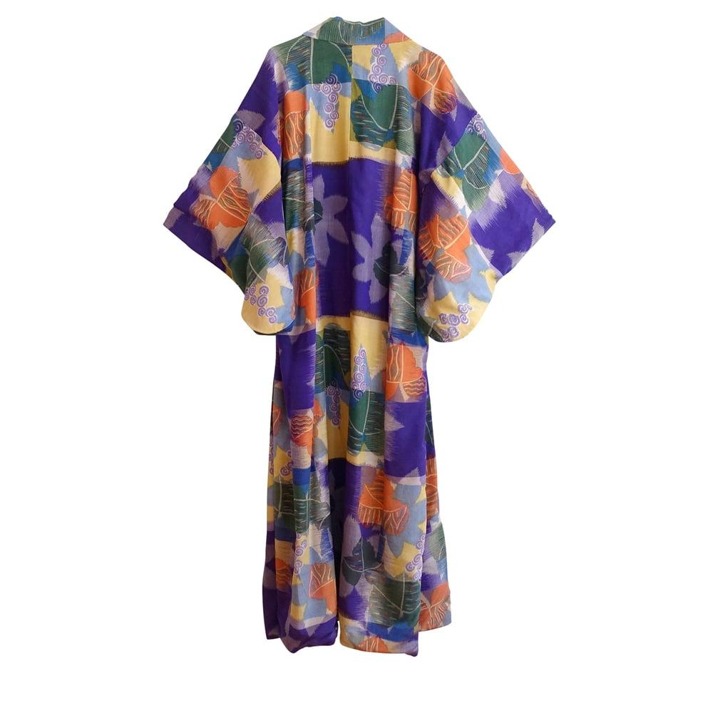 Image of Silke-rayon kimono med malerisk motiv