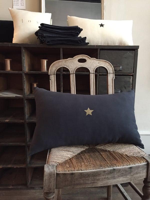 Image of Coussin noir long étoile or
