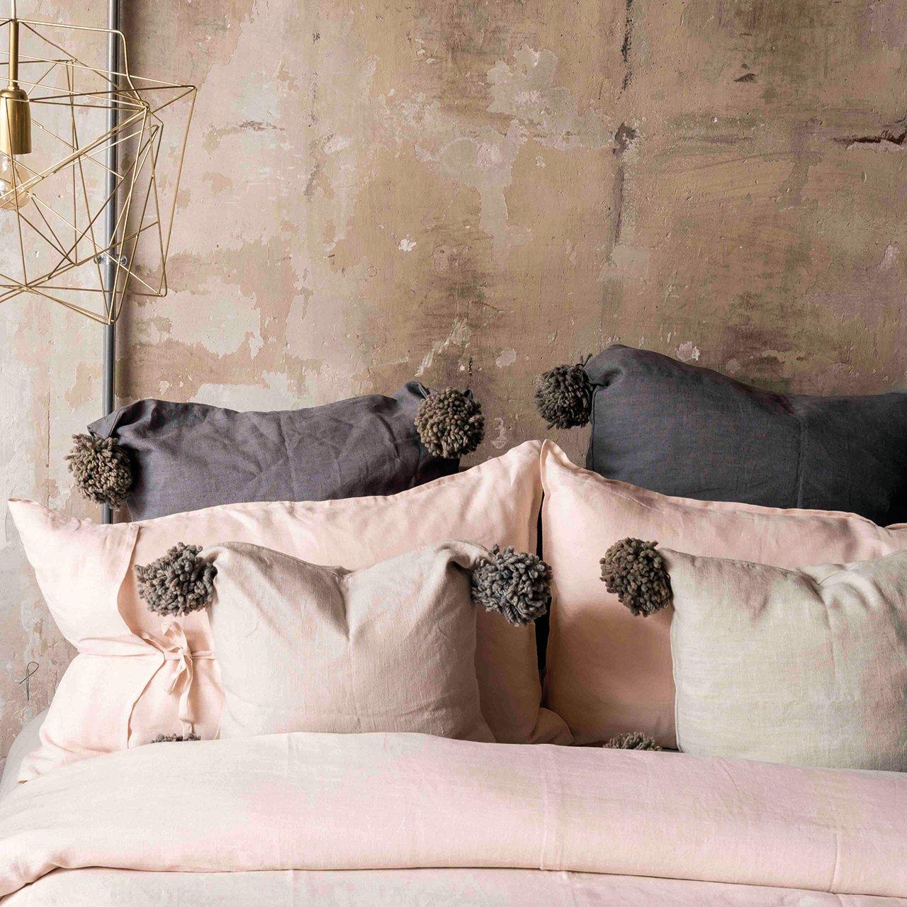 Image of Cuscino in lino con pompom in lana Borgo delle Tovaglie