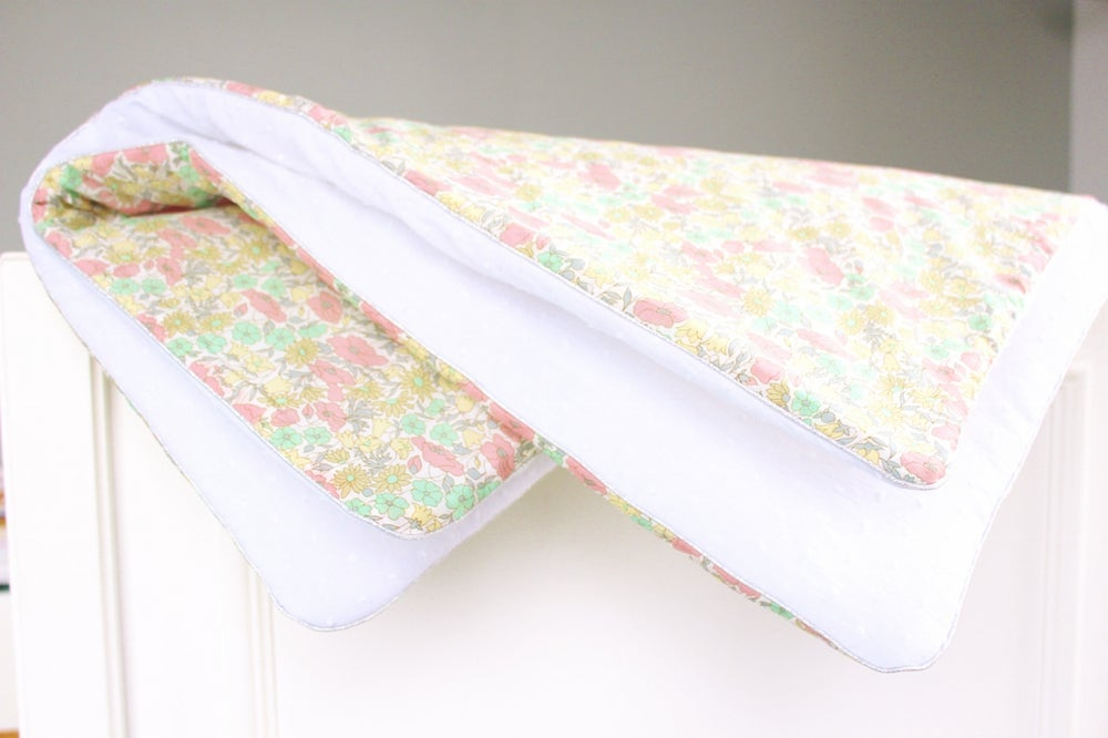 Image of Couverture Liberty Poppy and Daisy Pastel et Plumetis blanc - SUR COMMANDE