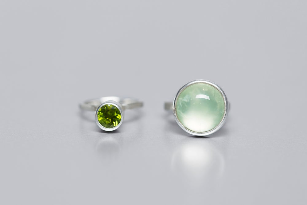 Image of silver rings with prehnite and chrysolite SPIRARE MAJORA