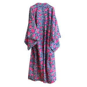 Image of Silke kimono pink blomster på blå baggrund - kan forlænges