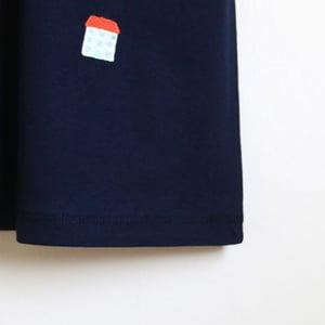 Image of Vestido azul con bordado casitas