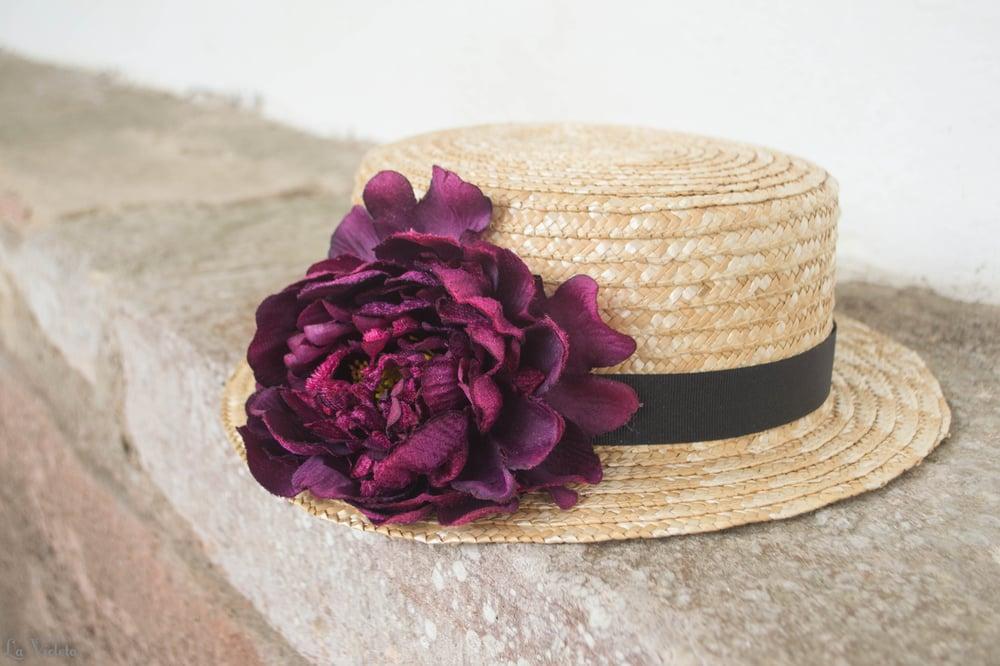 Image of Canotier con flor berenjena