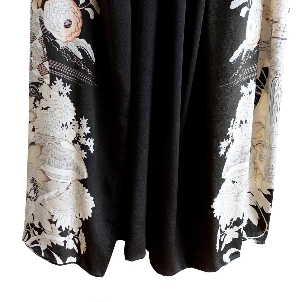 Image of Sort Silke kimono med blomster og landskabs motiver