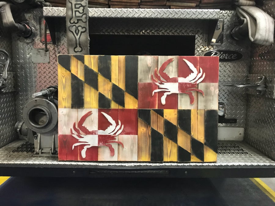 Image of Medium Rustic Maryland Flag with Crabs