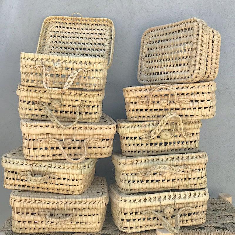 Image of petite valise ou vanity case en osier et feuille de palmier