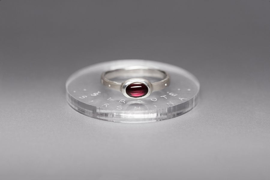 Image of silver ring with garnet CORCILLUM