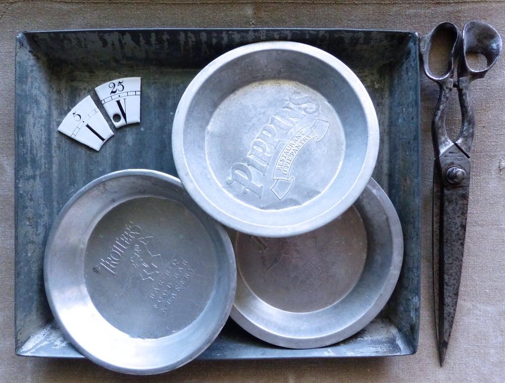"""Image of Ancien plats à gateaux publicitaires américains """"american pie"""" en aluminium. 1950"""