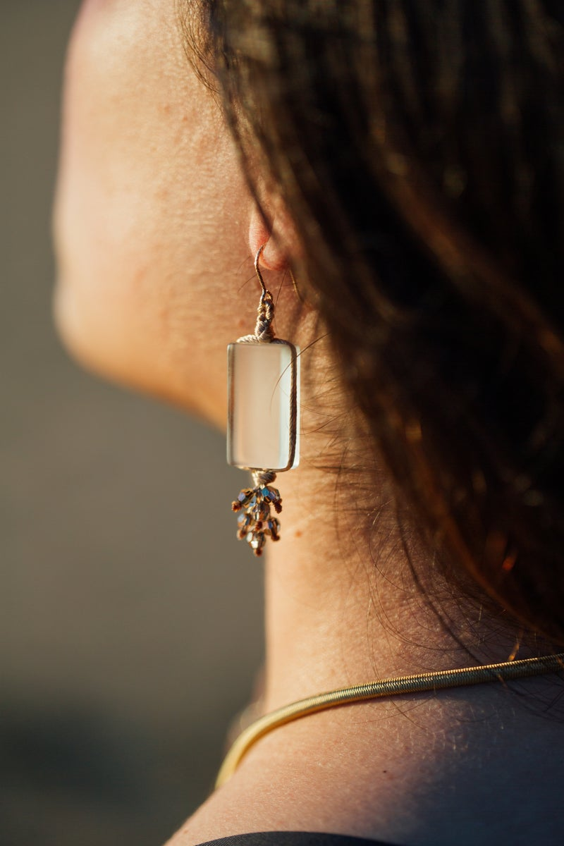 Image of Boucles d'oreilles Zen perlé en soie beige