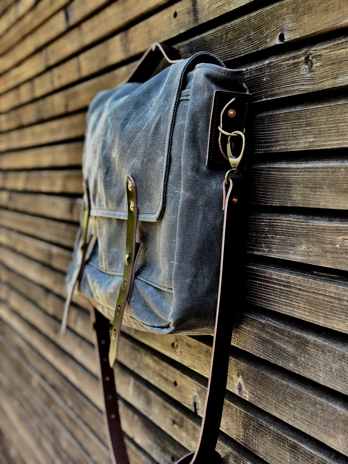 Image of Waxed canvas messenger / Musette with adjustable shoulderstrap and padded laptop compartment UNISEX