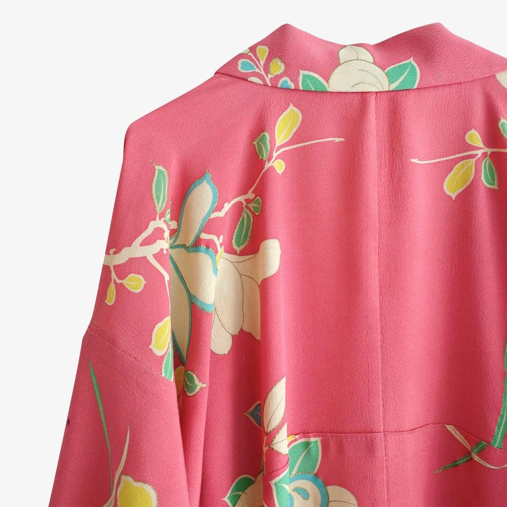 Image of Silke kimono - dyb rosa m. store hvide liljer
