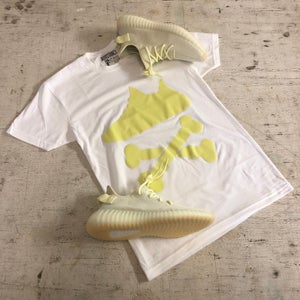 "Image of YEEZY CROSSBONES ""BUTTER"" PRINTED T-SHIRT"
