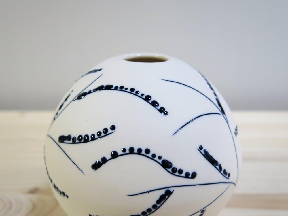Image of Jarrón esfera blanco y azul