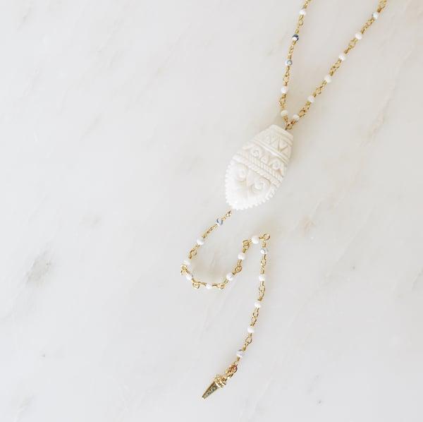 Image of Sautoir Tawau, perle en corne gravée et chaîne perlée