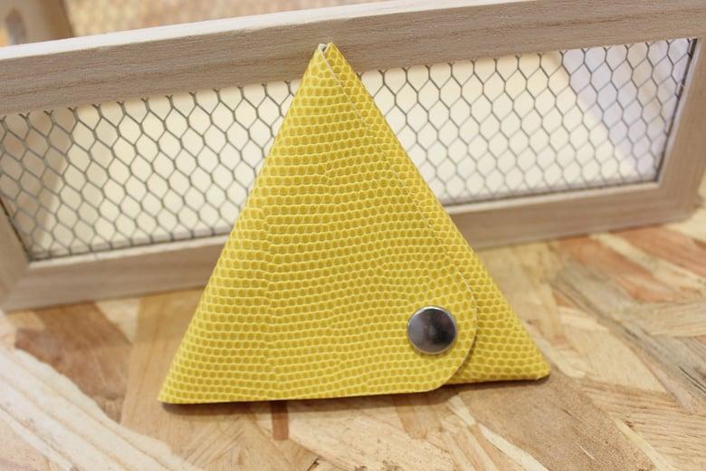 Image of Porte monnaie triangle en cuir jaune
