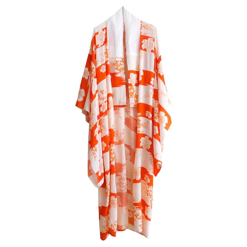 Image of Orangerød/ hvid silke kimono med liljer
