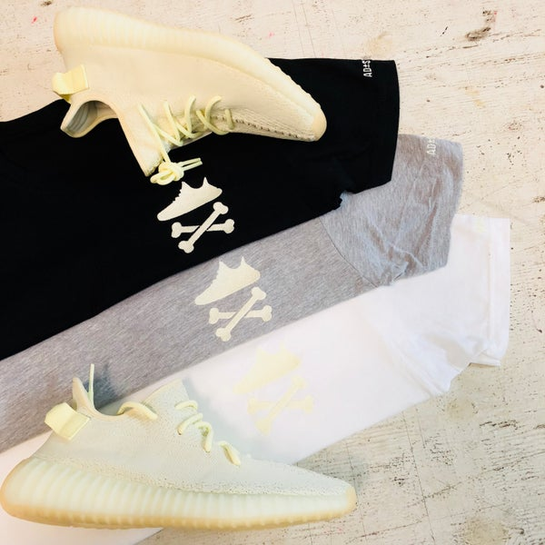 "Image of YEEZY CROSSBONES EMBROIDERY ""BUTTER"" T-SHIRT"