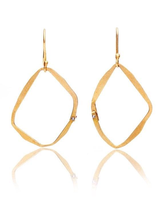 Asymmetric 18k gold loop earrings with blackened silver rivet