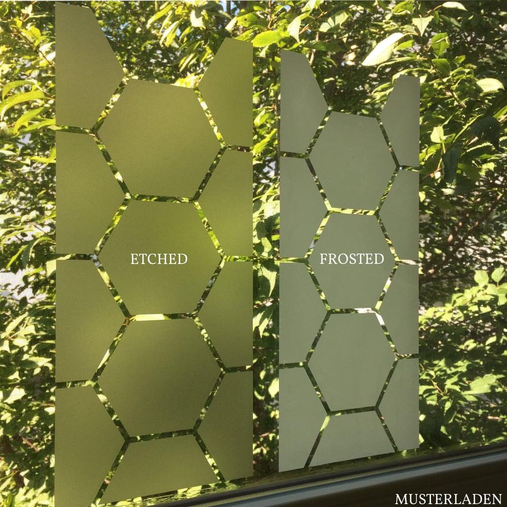 dekorativer sichtschutz aus glasdekorfolie baum mit bl ttern musterladen. Black Bedroom Furniture Sets. Home Design Ideas