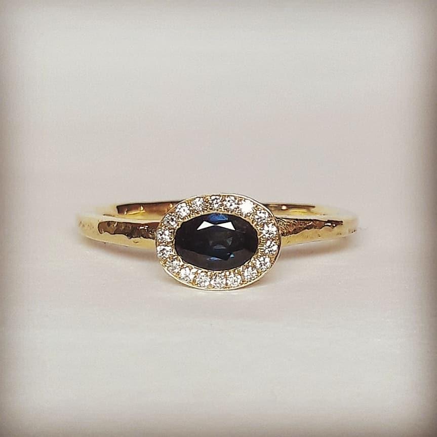 Beeld van Dark blue sapphire engagement ring