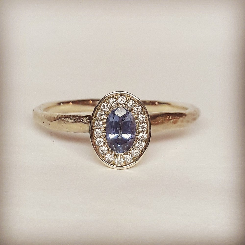 Beeld van Light blue sapphire engagement ring