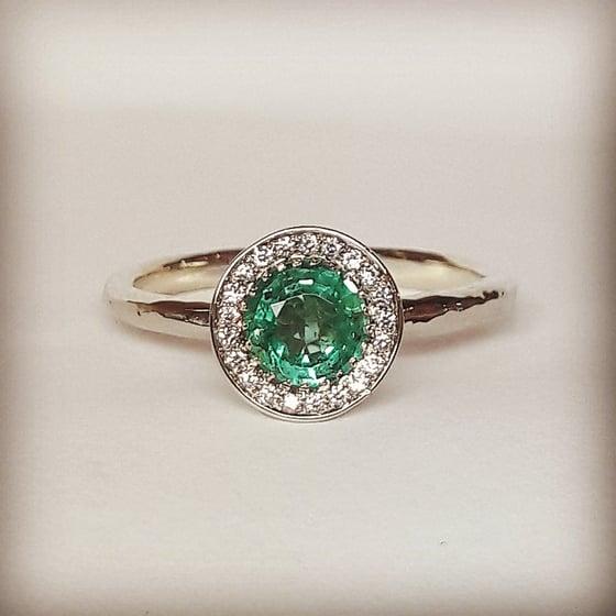 Beeld van Emerald engagement ring