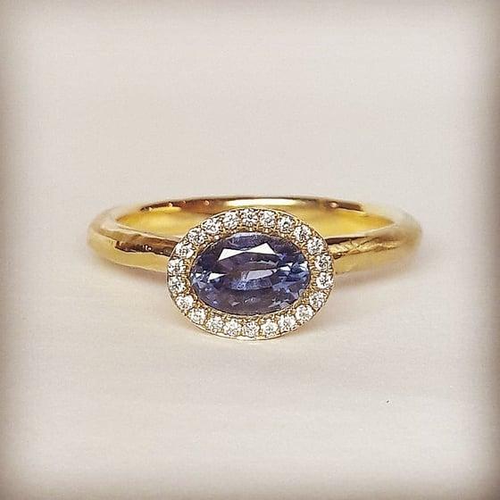 Beeld van sapphire engagement ring