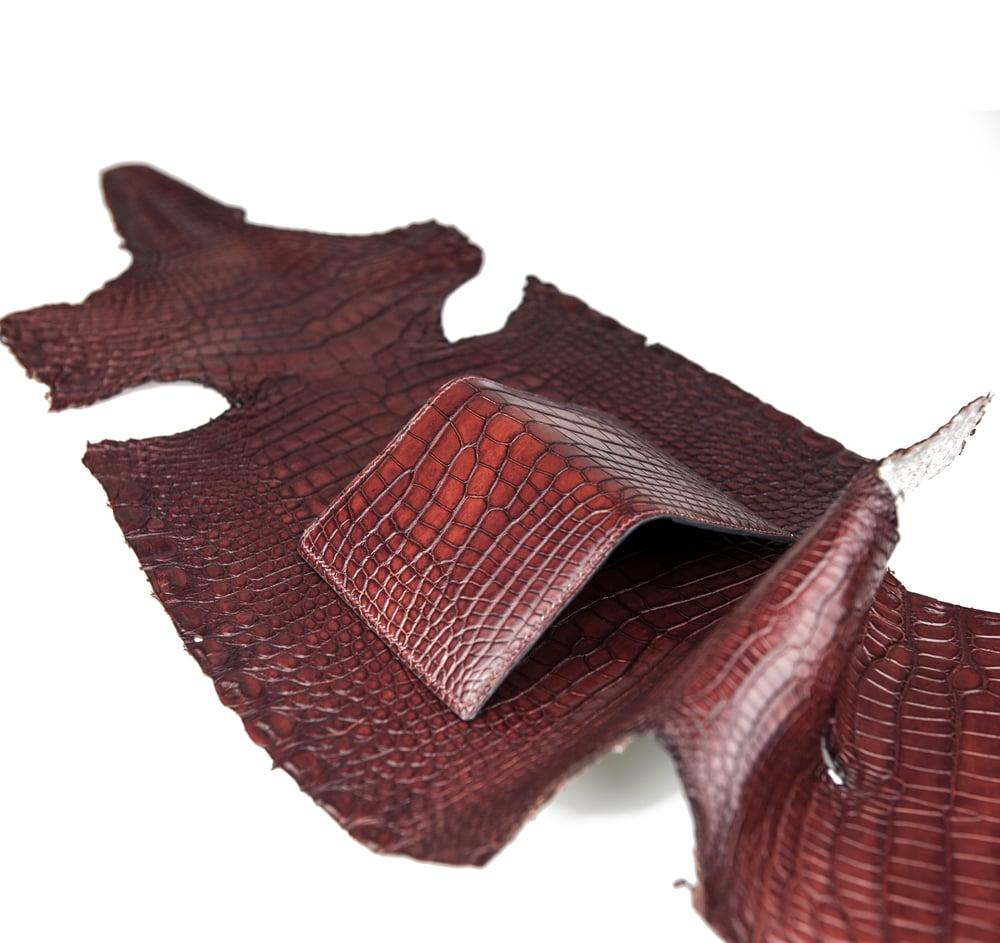 Image of Bifold n°4 - Burgundy hand-painted alligator