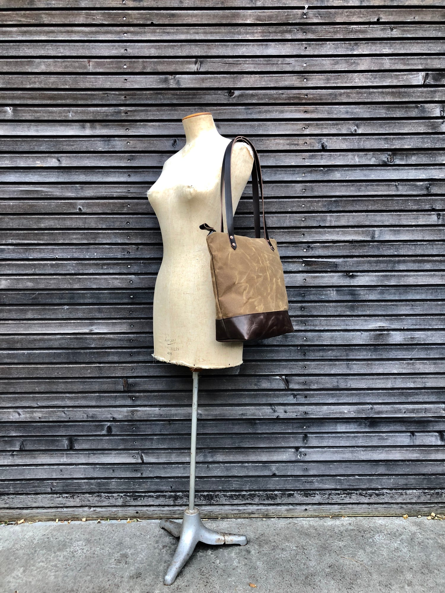 Image of Tote bag in waxed canvas with leather handles and zipper closure