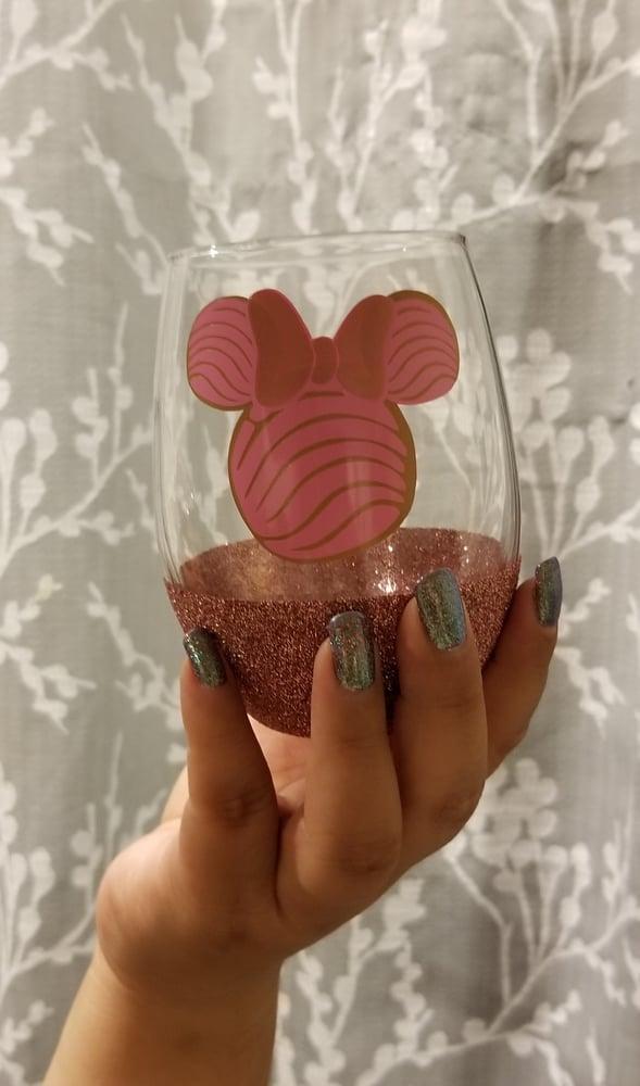 Image of Minnie Concha wine glass