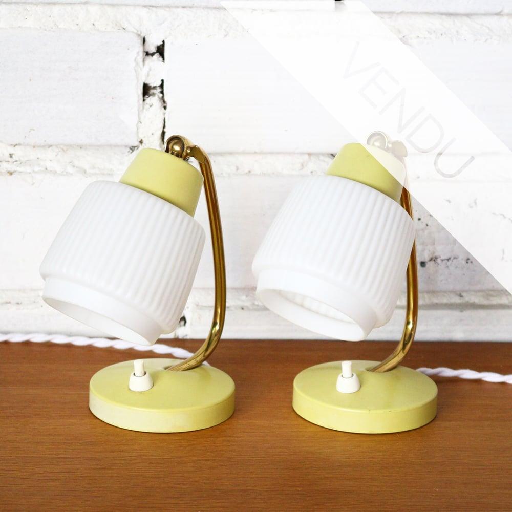 Image of paire de petites lampes de chevet en verre et métal doré et jaune