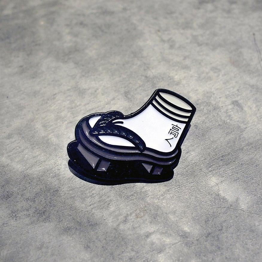 Image of UWABAKI SLIPPER PIN
