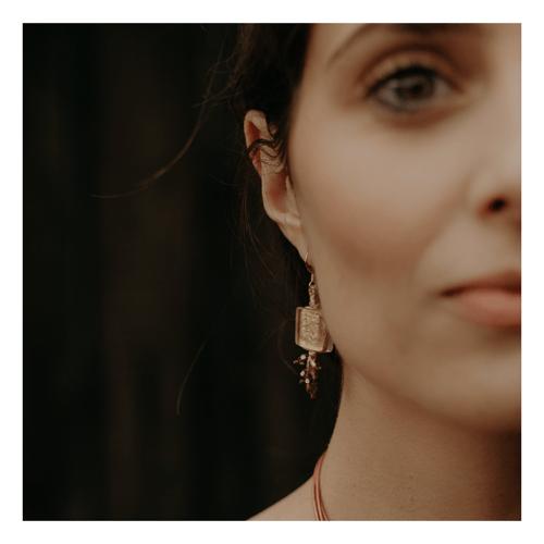 Image of Boucles d'oreilles incrustées d'une feuille d'or