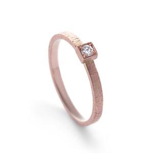 """Image of Verlovingsring """"Vlak"""" in roodgoud met diamant van 0.05ct"""