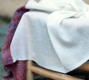 Image of Étole en Pashmina blanc et frises couleur - E7550