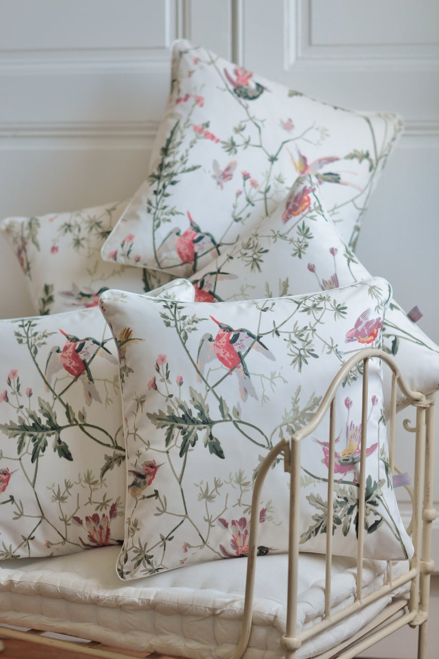 Image of Coussin en tissu Cole and Son Hummingbirds fond crème
