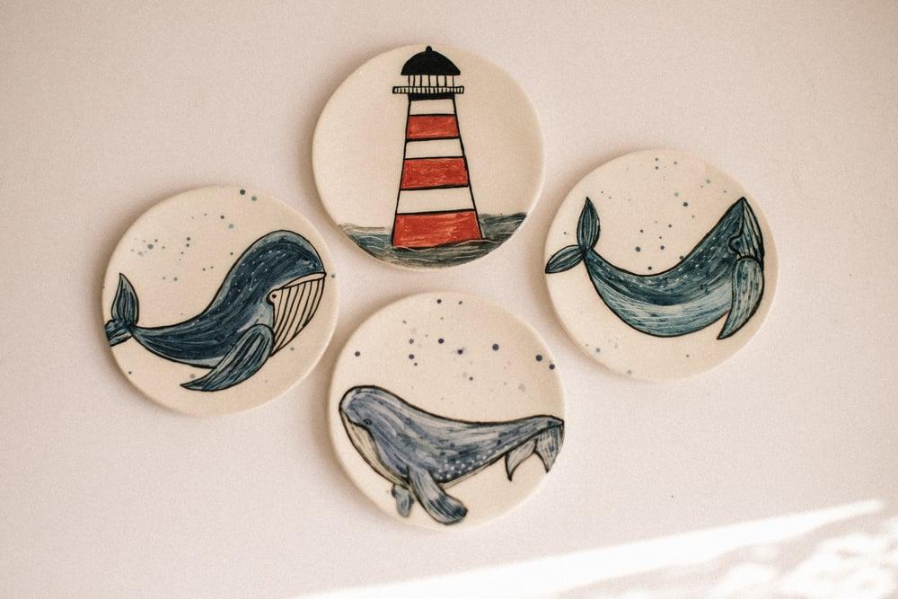 Image of Platito ilustrado decorativo, para colgar en la pared: Ballenas y Faros