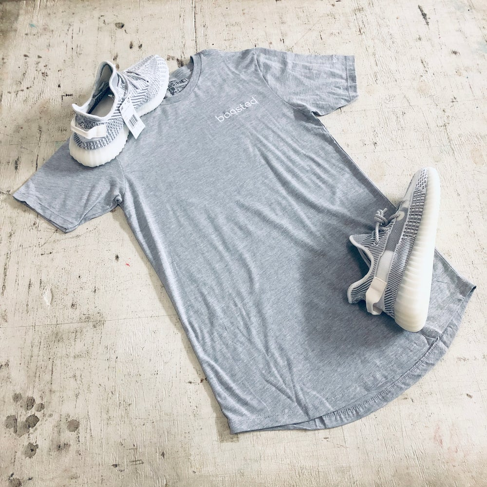 BOOSTED EMBROIDERY LONG BODY T-SHIRT W/ SCALLOPED BOTTOM HEM