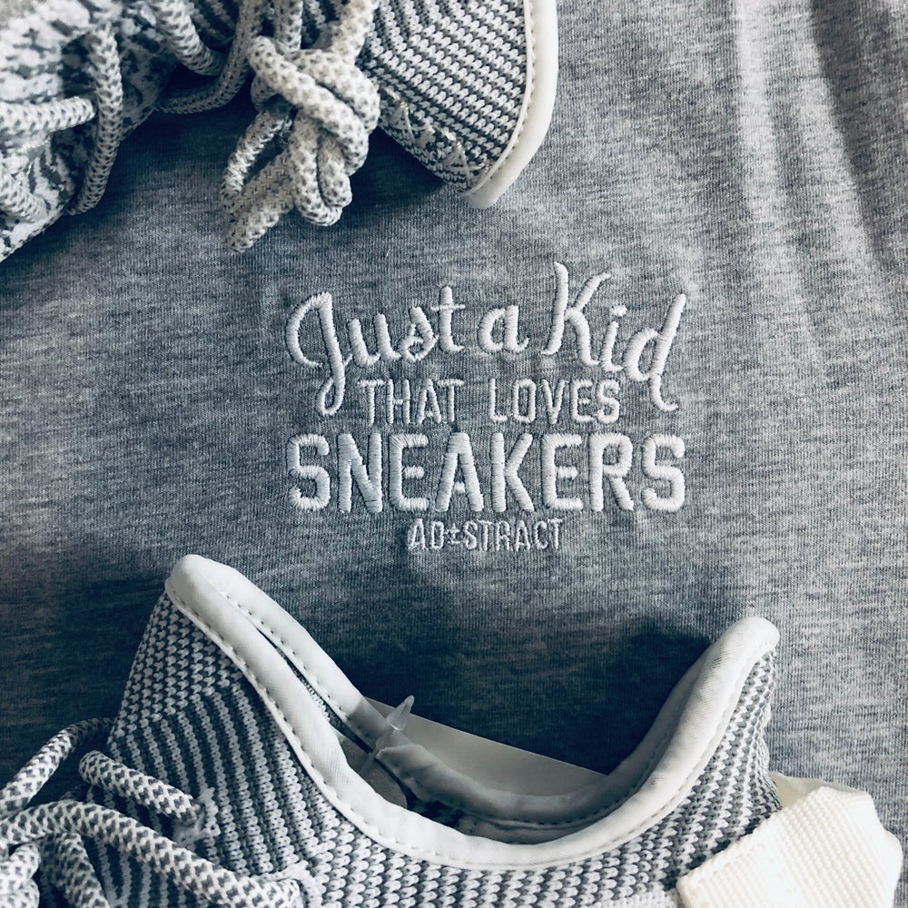 JUST A KID THAT LOVES SNEAKERS EMBROIDERY LONG BODY T-SHIRT W/ SCALLOPED BOTTOM HEM