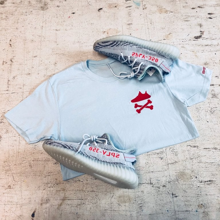 "Image of YEEZY CROSSBONES EMBROIDERY ""BLUE TINT/RED"" T-SHIRT"