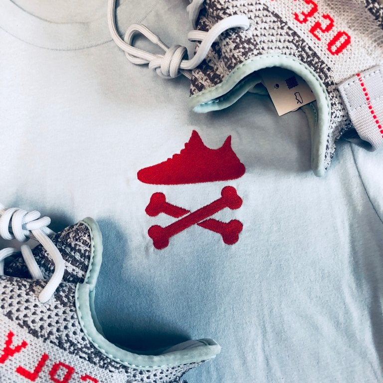 "YEEZY CROSSBONES EMBROIDERY ""BLUE TINT/RED"" T-SHIRT"