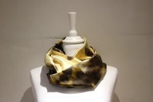 "Image of foulard en soie or, série ""écailler"""