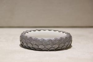 Image of bracelet rigide argenté et blanc