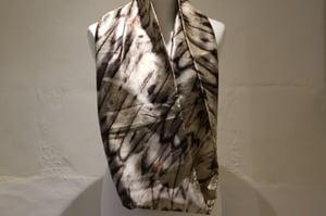 """Image of foulard en soie noir et blanc, série """"écailler"""""""