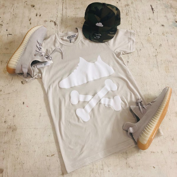 "Image of YEEZY CROSSBONES ""SESAME"" PRINTED T-SHIRT"
