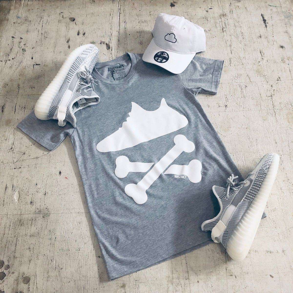 "Image of YEEZY CROSSBONES ""GREY/WHITE"" PRINTED T-SHIRT"