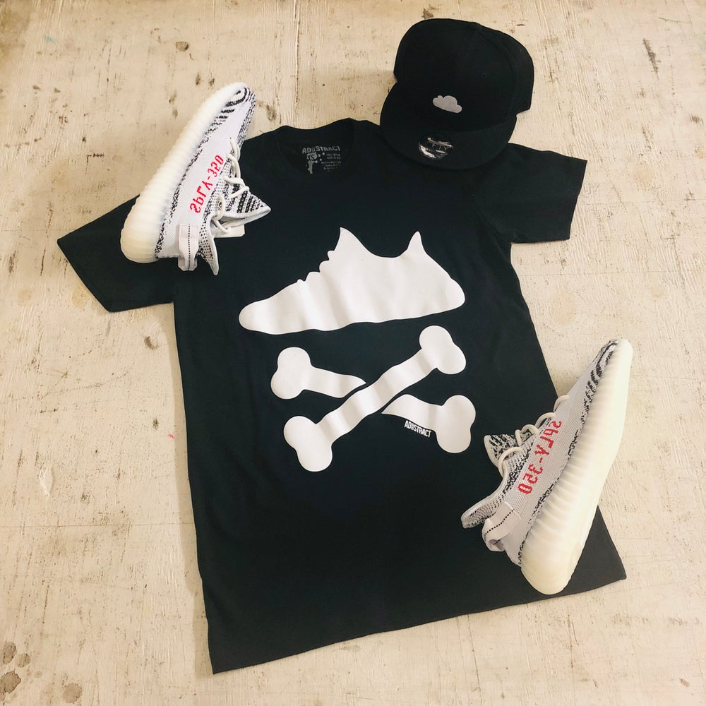 "Image of YEEZY CROSSBONES ""BLACK/WHITE"" PRINTED T-SHIRT"
